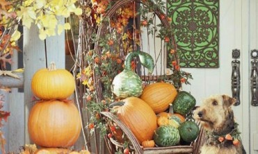 60-Pretty-Autumn-Porch-Décor-Ideas-With-white-wooden-wall-basket-wooden-chair-stone-floor-and-pumpkin-ornament-500x300