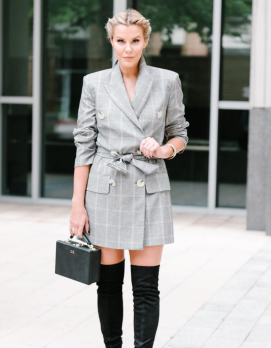 vestido blazer gris a cuadros con botas over the knee
